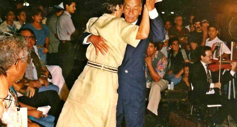 4 – Bailando con su hermana Negda en retreta de La Mavare en Cabudare. Año 1.999