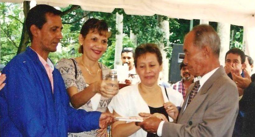 Con sus hijos bautizando uno de sus libros. Año 2.000