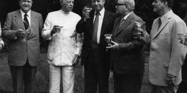 De izquierda a derecha Rafael Caldera, Eugenio Mendoza, Jóvito Villalba, Gonzalo Barrios y Wolfgang Larrazábal tomándose algo