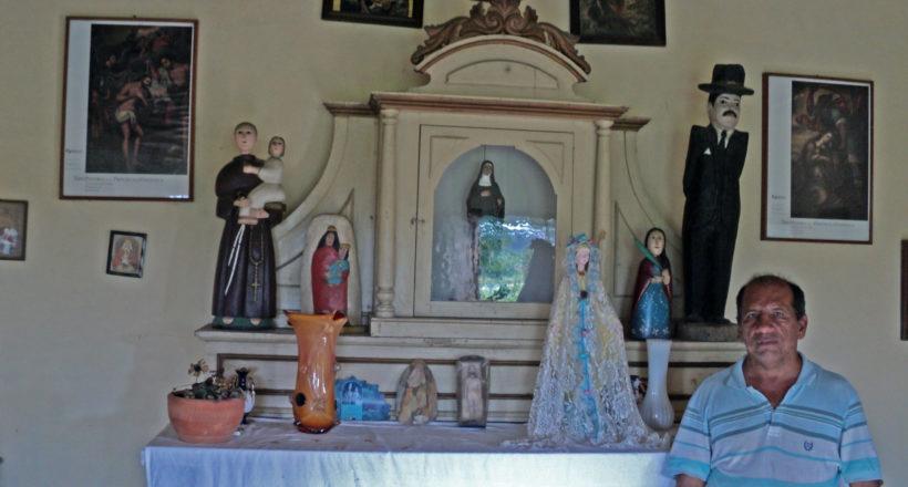 Elio Valera en el interior de la Capilla Nuestra Señora del Perpetuo Socorro junto a la imagen de la Virgen. Sabanas de Tarabana