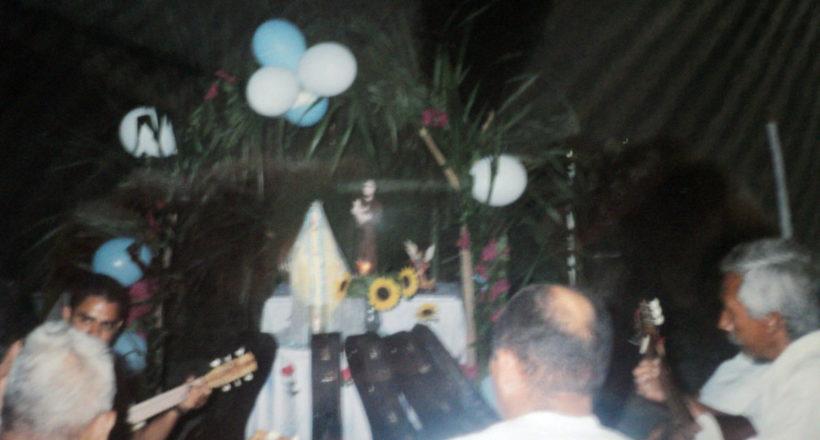 Justo Pino y el padre Matiú en el interior de la Capilla de las Mercedes en Tarabana año 2002