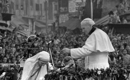 Papa Juan Pablo II y la Madre Teresa de Calcuta. (AP Photo)
