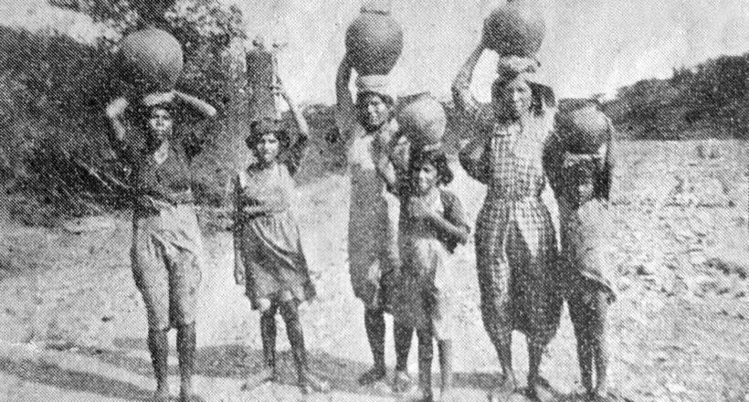 Pimpineras trayendo agua del río Turbio en 1930