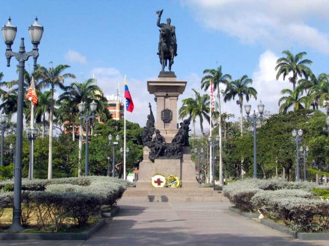 Decapitada la Libertad y mutilada estatua de Sucre en el Parque Ayacucho