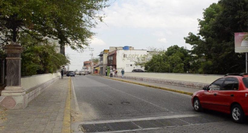 Ubicado en la carrera 17 entre calles 21 y 22 sobre el parque San Juan Bautista de La Salle es una de las obras publicas más antiguas de la ciudad