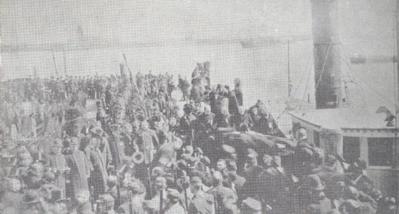 Embarque del feretro en el remolcador para ser conducido á bordo de la fragata-1888