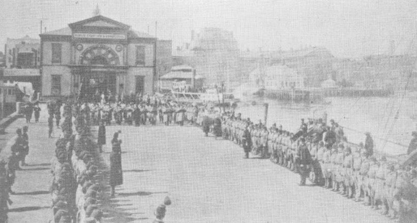 La Banda marcial y guardia de honor, esperando el féretro en el embarcadero de la calle26 este-1888