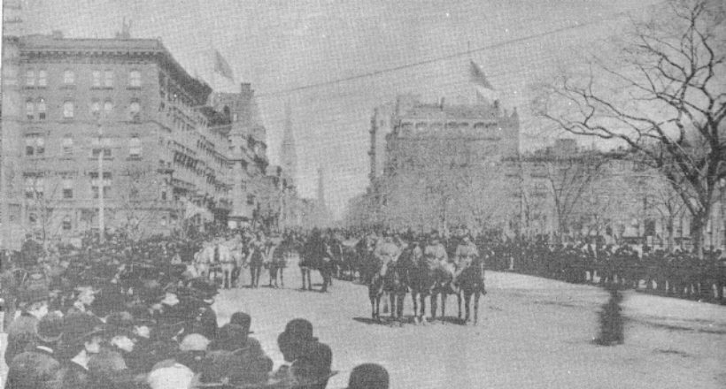La procesión bajando por la plaza y parque Madison y 5ta avenida-1888