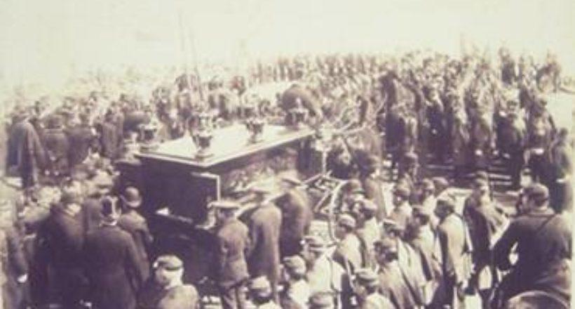Llegada del carro fúnebre al embarcadero de Nueva York.